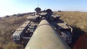 坦克前进与在大口径大炮的照相机 影视素材