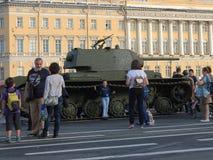 坦克和人们 免版税库存图片