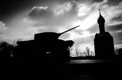 坦克和教会剪影 免版税库存照片