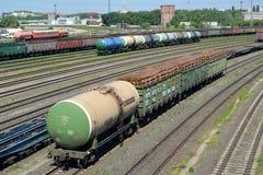 坦克和汽车有加里宁格勒排序在一个火车站的方式的木立场的 免版税库存图片