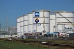 坦克和管子化工业的在HES Botlek终端在港口在鹿特丹 库存照片