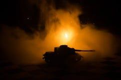 坦克在冲突区域 战争在乡下 坦克剪影在晚上 战斗场面 免版税图库摄影