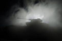 坦克在冲突区域 战争在乡下 坦克剪影在晚上 战斗场面 免版税库存图片