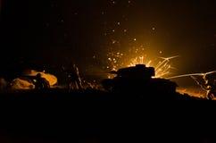 坦克在冲突区域 战争在乡下 坦克剪影在晚上 战斗场面 库存图片
