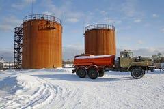 坦克存贮原油和加油车 库存照片