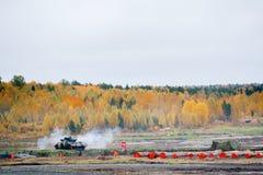 从坦克机枪的生火 免版税库存照片
