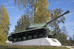 坦克纪念碑IS-3样品1945年, 10月下午 Priozersk,列宁格勒地区 免版税图库摄影
