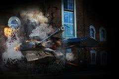 坦克通过大厦的墙壁 免版税库存图片