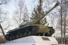 坦克IS-3,以纪念胜利第55周年的一座纪念碑在2月早晨巨大爱国战争中  免版税库存照片