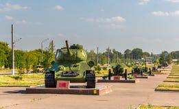 坦克T-34-85和大炮在库尔斯克 库存图片
