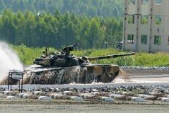 坦克T-80从水浅滩移动 库存照片