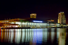 坦帕会议中心在晚上 免版税库存照片