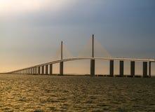 坦帕湾的阳光在日落的Skyway桥梁 库存图片