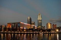 坦帕艺术馆和日落背景的街市摩天大楼 免版税库存图片