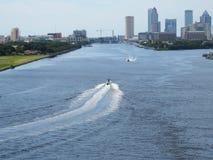 坦帕,佛罗里达,在水的小船港在坦帕地平线前面 免版税库存图片