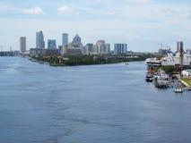坦帕,佛罗里达,坦帕港在距离的地平线 免版税库存照片