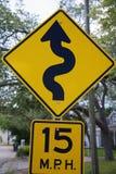 坦帕,佛罗里达/美国- 2018年5月5日:15英里/小时低角度与一条潦草书写线的标志的路牌 图库摄影