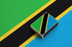 坦桑尼亚旗子在一面大旗子说谎的火柴盒被生动描述 图库摄影
