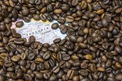 坦桑尼亚的地图在咖啡豆下背景的  库存照片