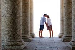 坦率的亲吻夫妇旅行 库存照片