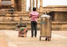 坦贾武尔,印度- 2月14 :印地安男人和妇女祈祷在B 免版税图库摄影
