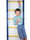 垂悬一方面的小男孩 免版税库存照片