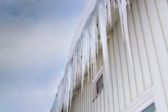 垂悬下来从天沟的冰柱 库存照片