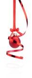 垂悬与丝带弓和卷曲的纸的红色圣诞节球 图库摄影