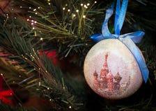 垂悬与圣蓬蒿的大教堂的红色圣诞节装饰品 免版税库存照片