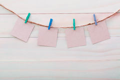 垂悬与晒衣夹的小卡片 免版税库存照片