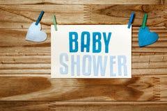 垂悬与晒衣夹的婴儿送礼会卡片 图库摄影