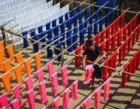 垂悬五颜六色的织品在染料以后烘干 免版税库存照片