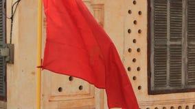 垂悬从一个恶化的共产主义样式家的旗子在Suvannakhet 股票录像