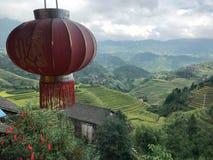 垂悬从一个树龙脊大阳台的灯笼在桂林,中国 图库摄影