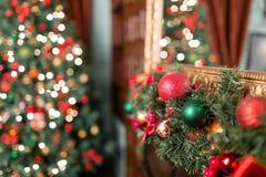 垂悬从一个装饰的圣诞节分支的红色和绿色中看不中用的物品特写镜头  与defocused光的抽象背景 图库摄影