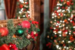 垂悬从一个装饰的圣诞节分支的红色和绿色中看不中用的物品特写镜头  与defocused光的抽象背景 免版税库存图片