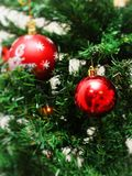 垂悬从一棵装饰的圣诞树的红色中看不中用的物品特写镜头 葡萄酒过滤器作用 库存图片