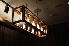垂悬从天花板的古色古香的细丝电灯泡 免版税库存图片