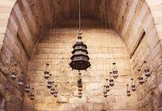 垂悬从天花板的小组灯笼在老清真寺 免版税库存图片