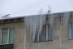 垂悬从屋顶的巨型冰柱 图库摄影