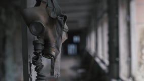 垂悬从岗位的老防毒面具在一个被放弃的大厦在切尔诺贝利,Pripyat,乌克兰中 股票录像