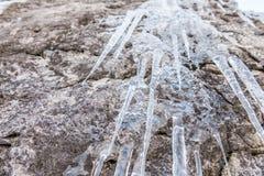 垂悬从岩石的冰柱在冬天,Grundlsee 免版税库存图片
