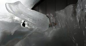 垂悬从房子屋顶的冰柱  库存图片