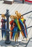 垂悬从扶手栏杆的五颜六色的伞 免版税图库摄影