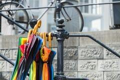 垂悬从扶手栏杆的五颜六色的伞 库存照片