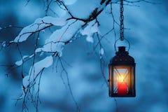 垂悬从树枝的蜡烛灯笼 库存图片