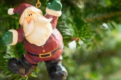 垂悬从树的圣诞节装饰品 免版税库存照片