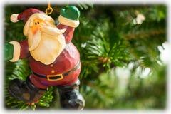 垂悬从树的圣诞节装饰品 库存图片