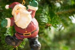垂悬从树的圣诞节装饰品 库存照片