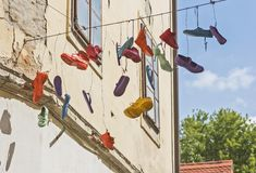 垂悬从缆绳的各种各样的鞋子 库存图片